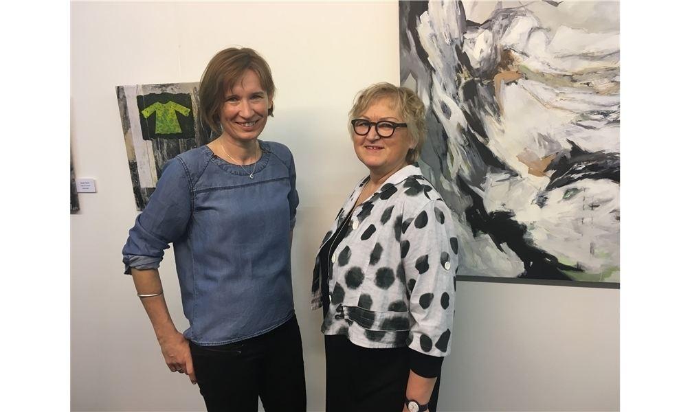Die Künstlerinnen Andrea Büssing (li.) und Bettina Bradt. Foto: cok