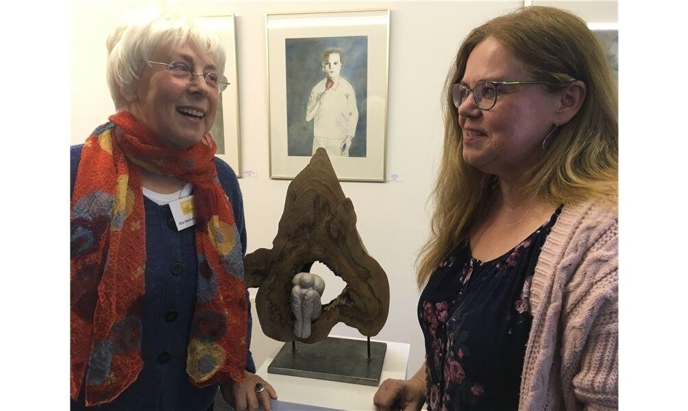 """Rita Montalbetti-Kunze (l.) und Ilka Friedsam stellen in der """"Alten Druckerei"""" aus. Foto: cok"""