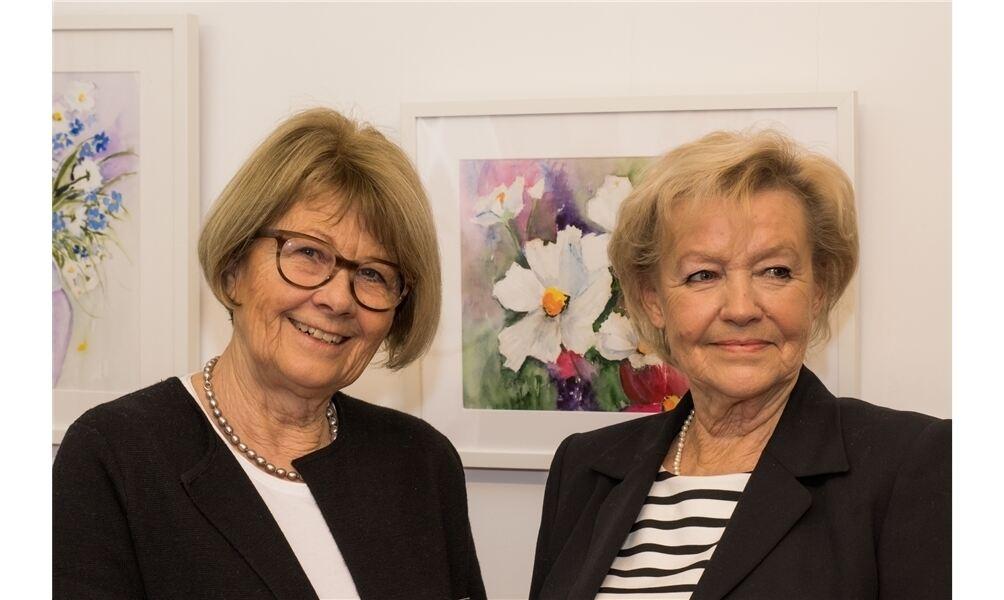 """Stellen in der """"Alten Druckerei"""" aus: Irmgard Schlömer (l.) und ihre Cousine Christa de Geus. Foto: Harald Scheibe"""