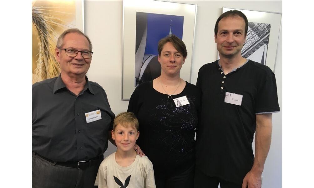 Harald Scheibe (v. li.) mit Doris und Sascha Kluck sowie (vorne) Hauke Kluck. Foto: cok