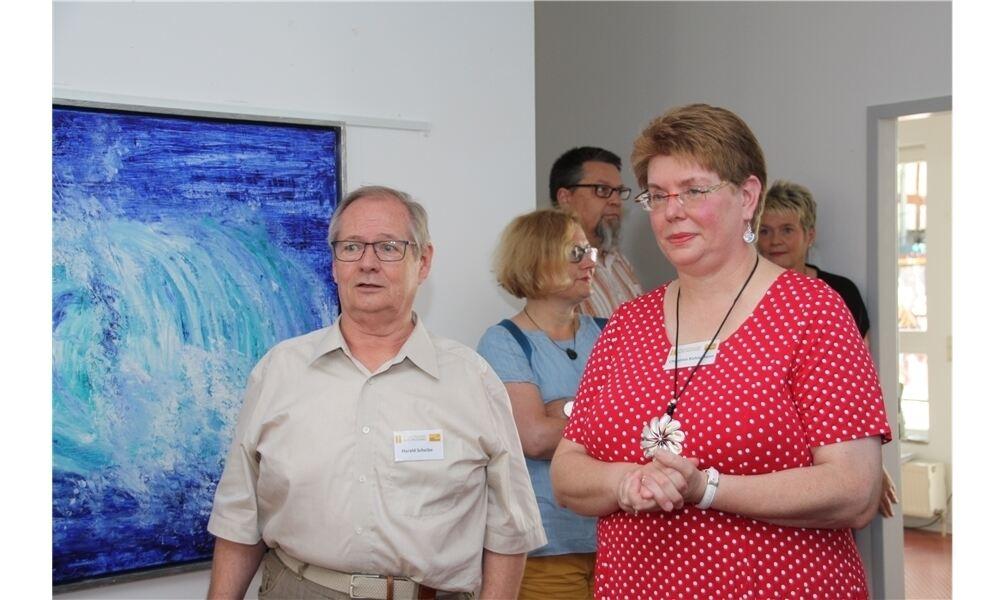 Statt der üblichen Eröffnungsreden ein öffentliches Künstlergespräch: Fotograf Harald Scheibe (li.) befragte Malerin Christina Kuhlemann zu ihren Bildern. Foto: cm