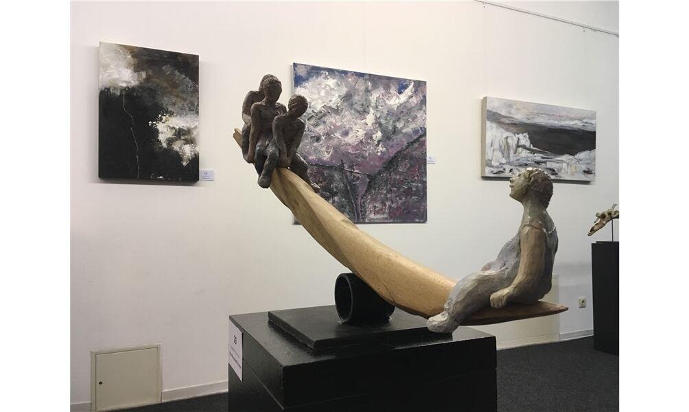 """Skulptur von Rita Montalbetti-Kunze zum Thema """"Abgründe"""". Foto: cok"""