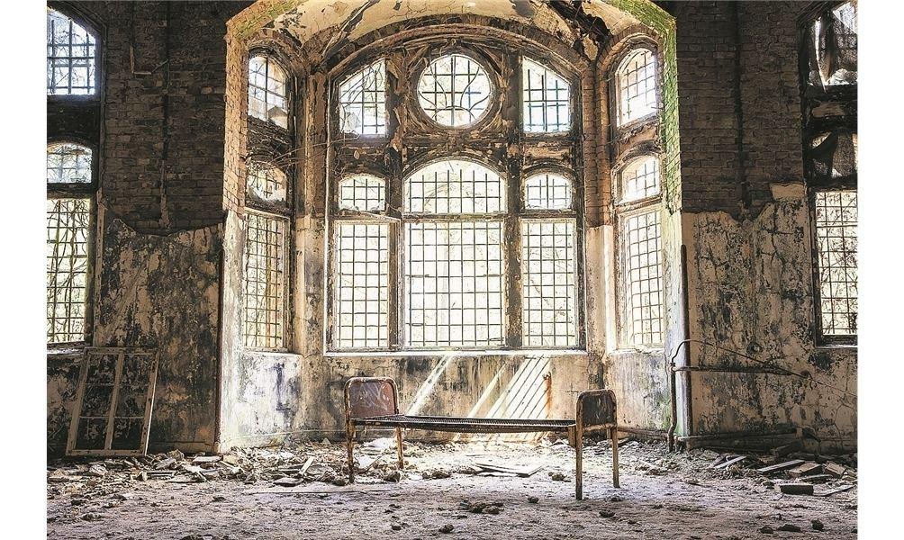 In dem rostigen Bettgestell dürfte einst ein Patient der Heilanstalten Beelitz gelegen haben, wenn auch sicherlich nicht in der prächtigen Halle. Fotos: pr
