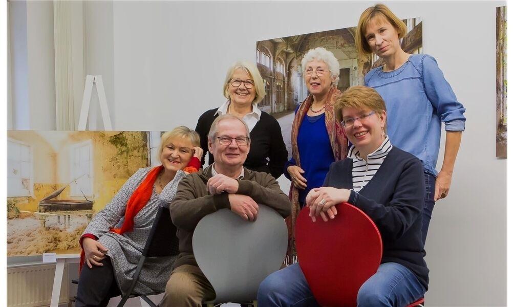 Fünf Frauen freuen sich mit Harald Scheibe auf die Ausstellung: Bettina Bradt (von links), Irmgard Schlömer, Rita Montabetti-Kunze, Christina Kuhlemann, Andrea Büssing. Foto: pr.