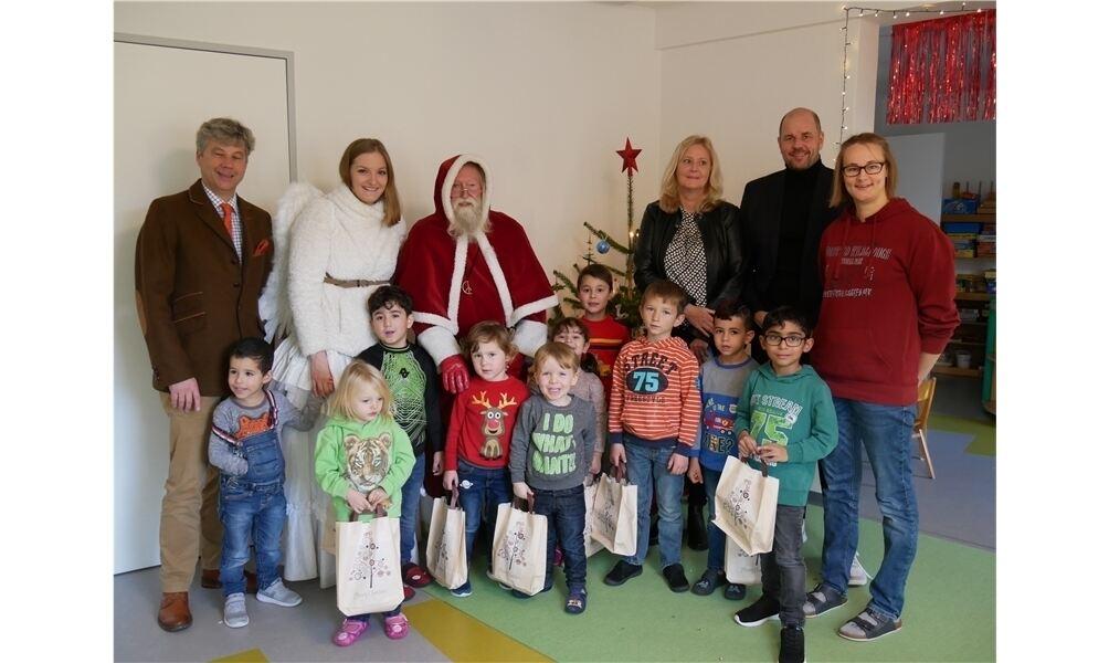 weihnachtsmann verteilt geschenke an kinder der lebenshilfe. Black Bedroom Furniture Sets. Home Design Ideas