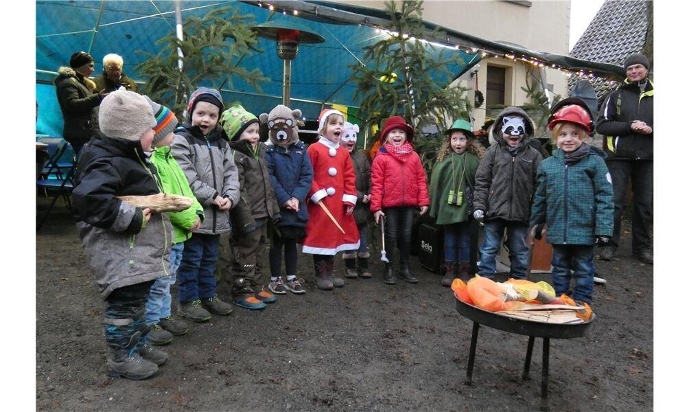 Die Kinder des Waldkindergartens Auetal zeigten sich stimmsicher und vergnügt, als sie ihr Lied über den Winterwald vortrugen. Foto: hil