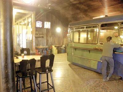 Fußboden Aus Kronkorken ~ Kronkorken und ein bus als theke